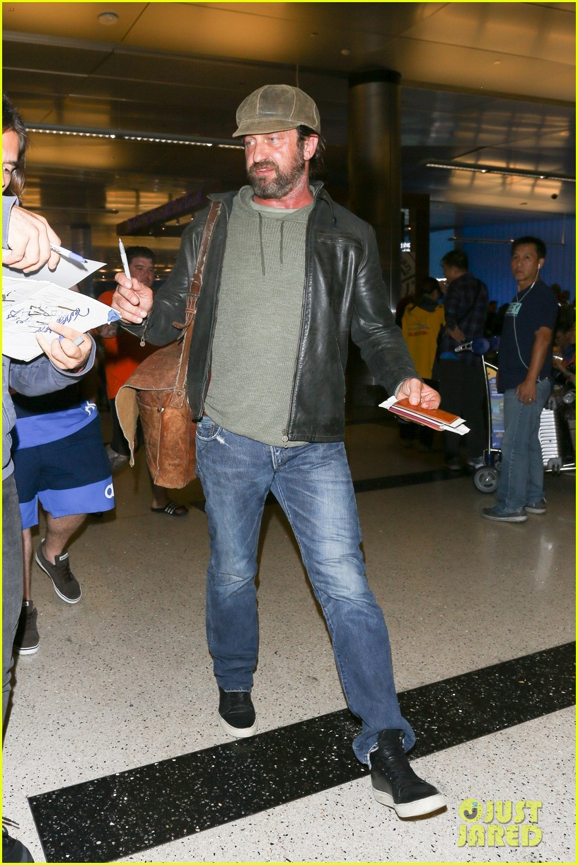 gerard butler lax airport arrival 03