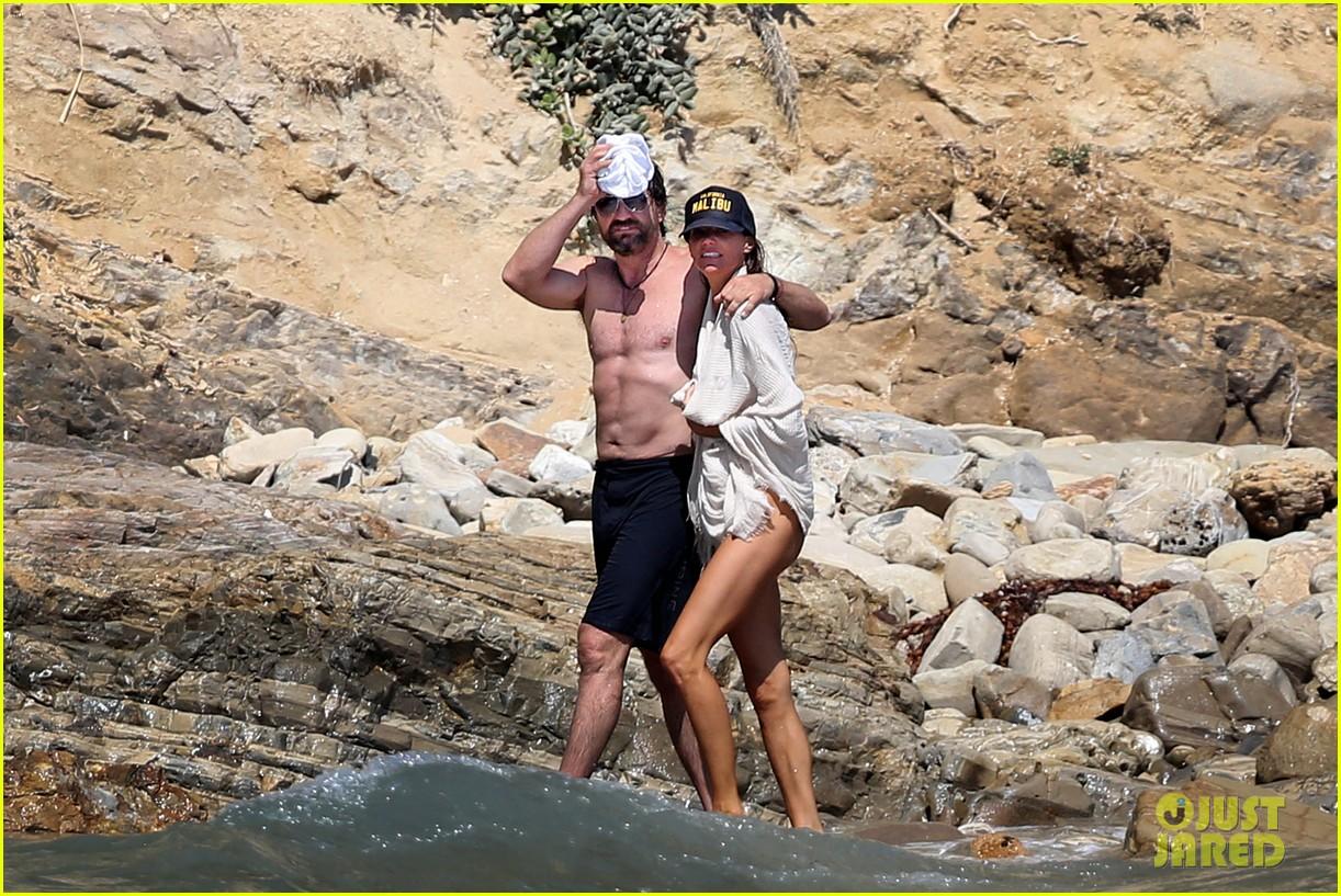 gerard butler shirtless on the beach 06