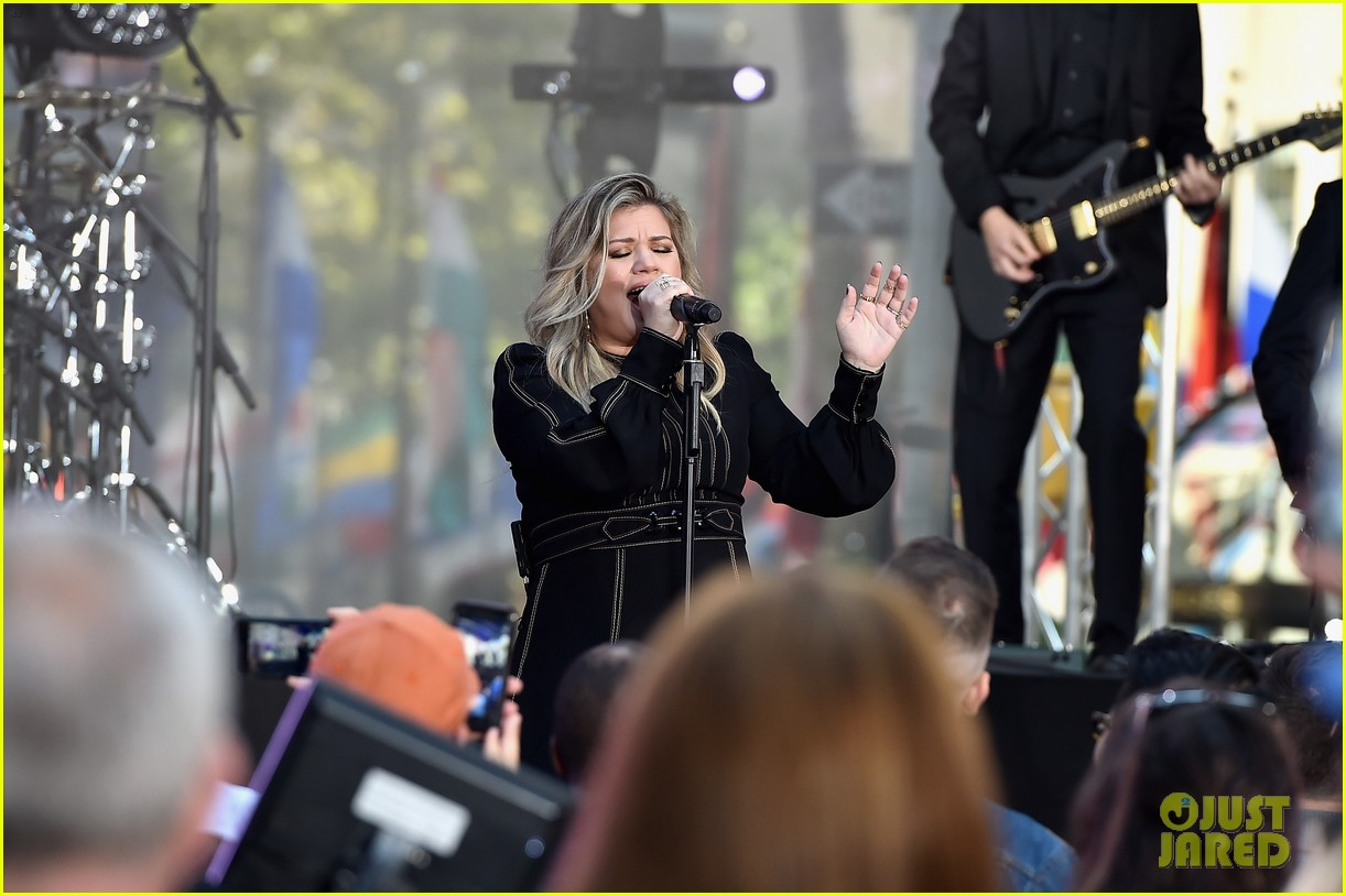kelly clarkson performs new songs during today show concert 013952810