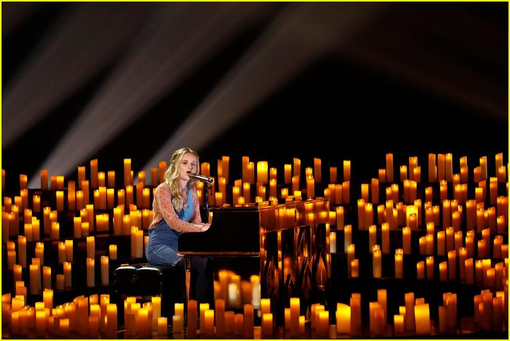 evie clair sang at her dads funeral last week 05