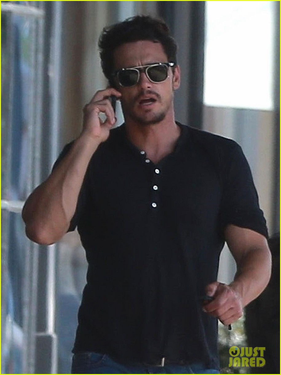 james franco shows off his buff muscles in a tight  black shirt   photo 3948963