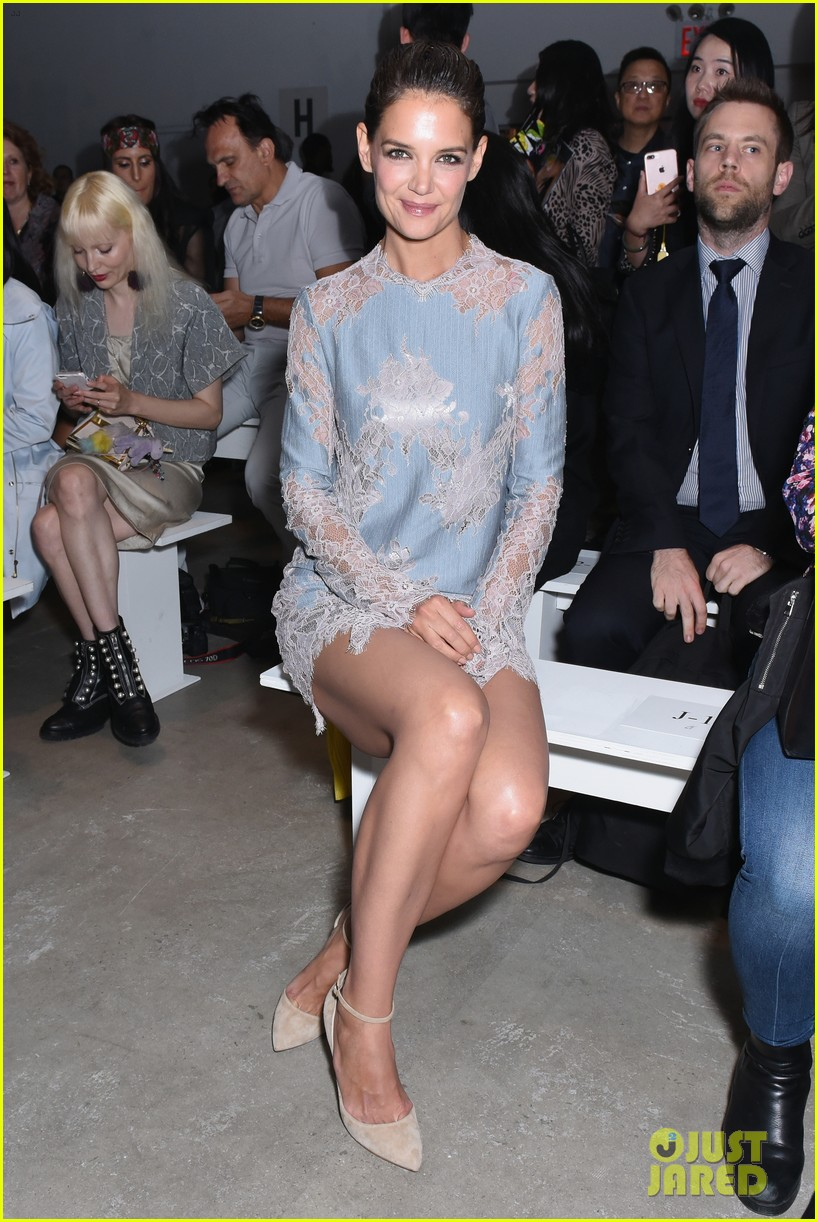 katie holmes is lovely in lace at lanyu fashion show 01