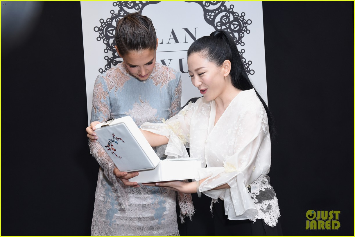 katie holmes is lovely in lace at lanyu fashion show 073955326