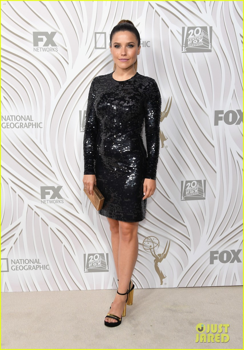 sarah hyland julie bowen switch it up for fox emmys after party 13