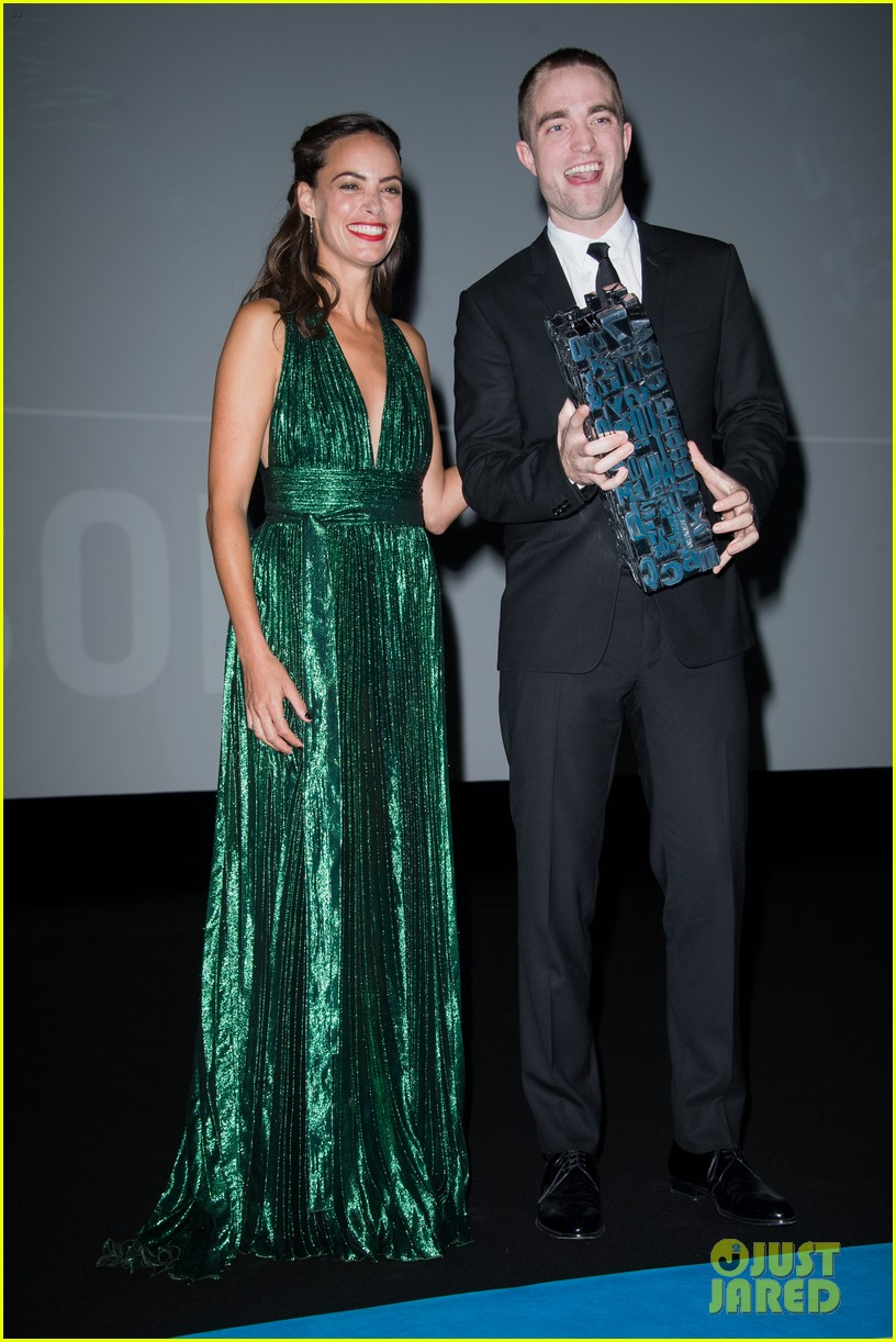 robert pattinson accepts special honor at deauville film fest 03