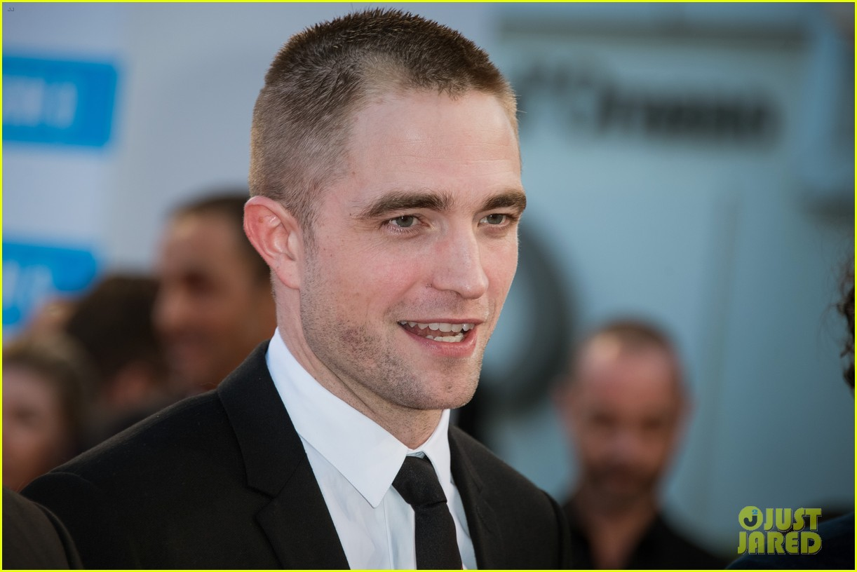 robert pattinson accepts special honor at deauville film fest 04