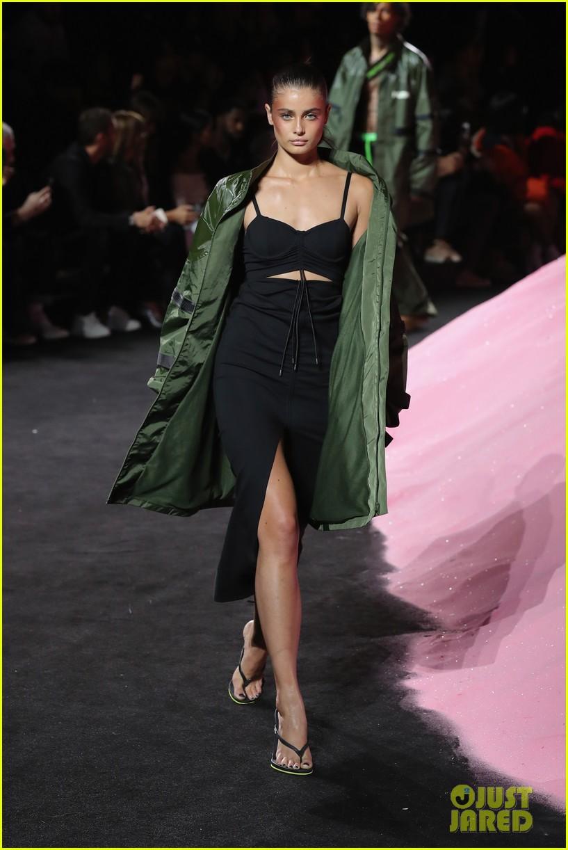 rihannas fenty fashion show 193954668