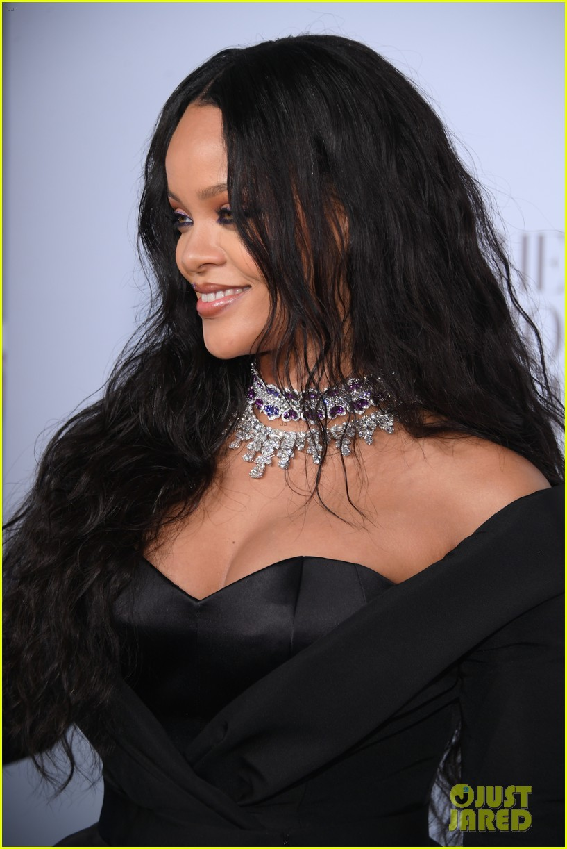 rihanna glams up for third annual diamond ball 083957238