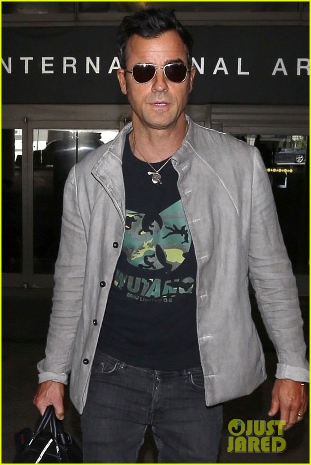 justin theroux arrives at lax 013956429