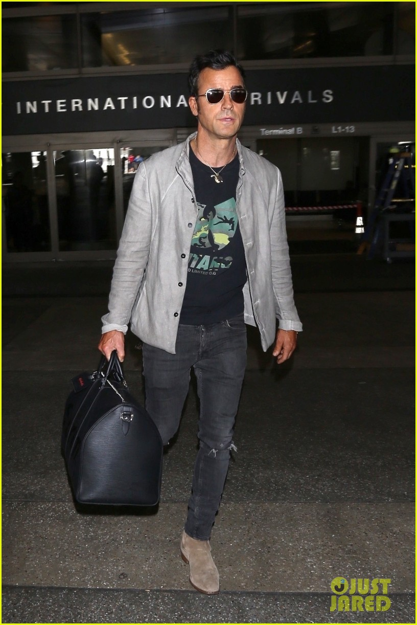 justin theroux arrives at lax 023956430