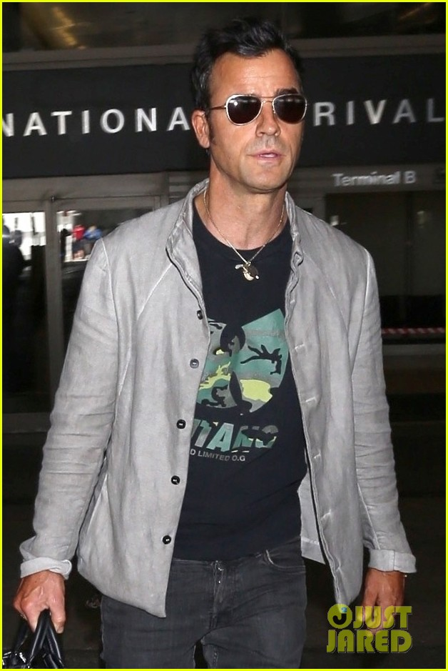 justin theroux arrives at lax 05