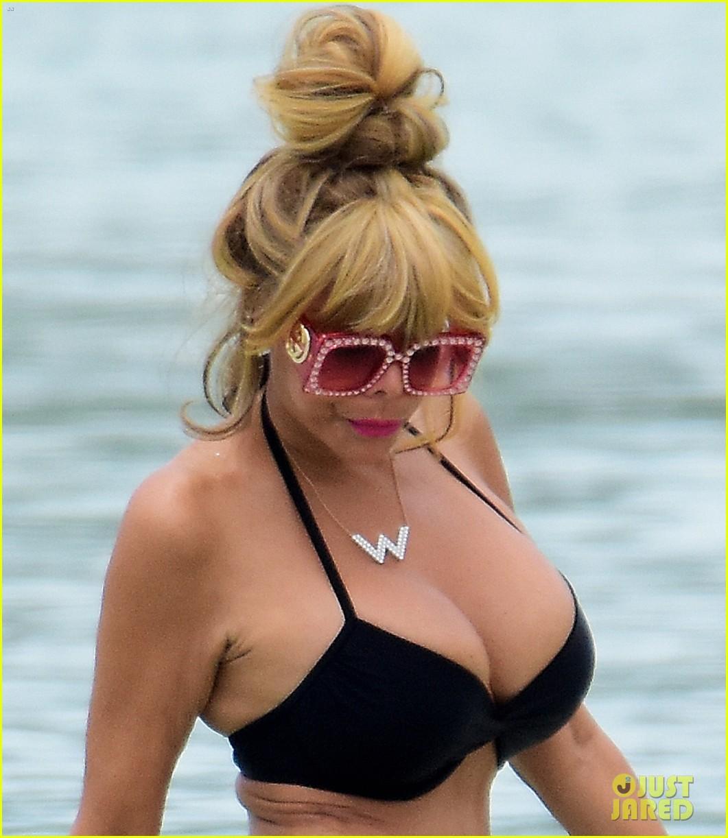 wendy williams flaunts slim figure in a bikini 02