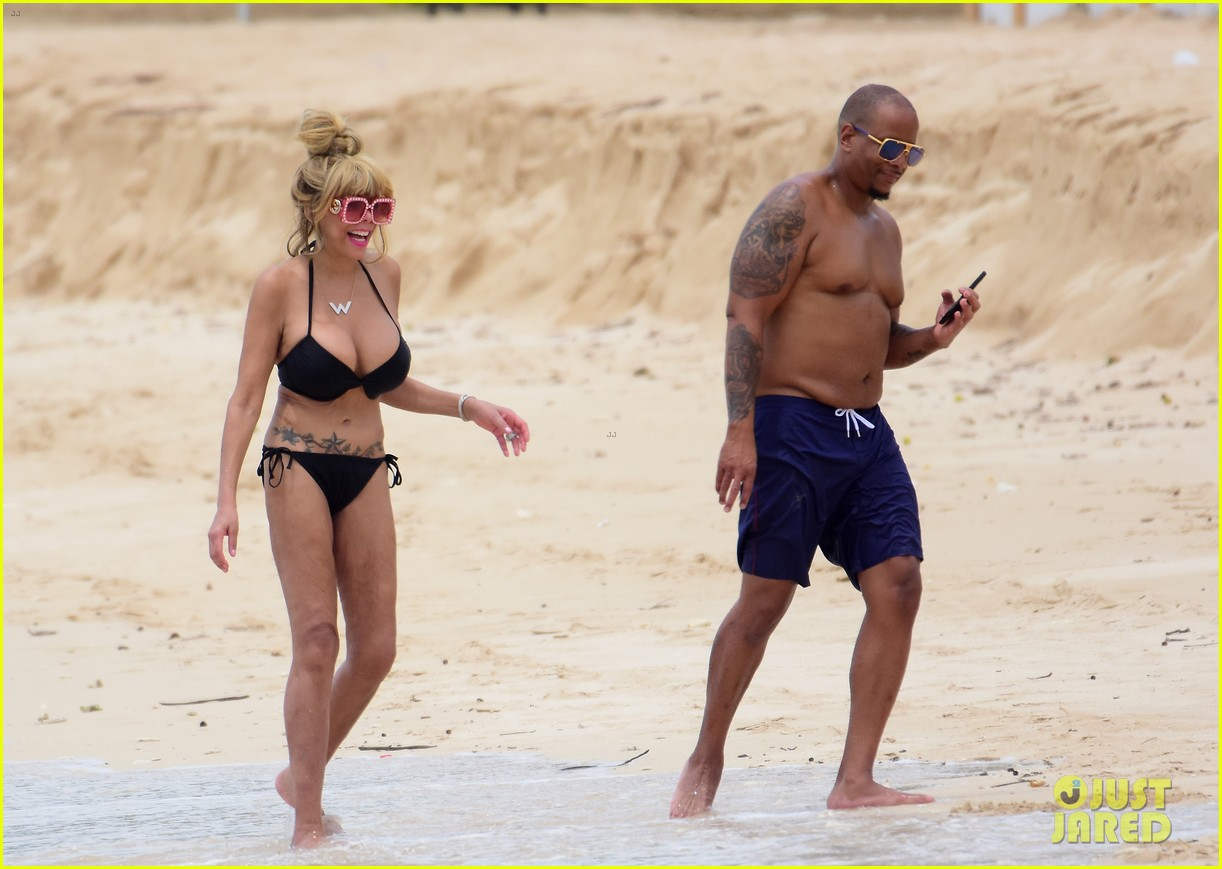 wendy williams flaunts slim figure in a bikini 03