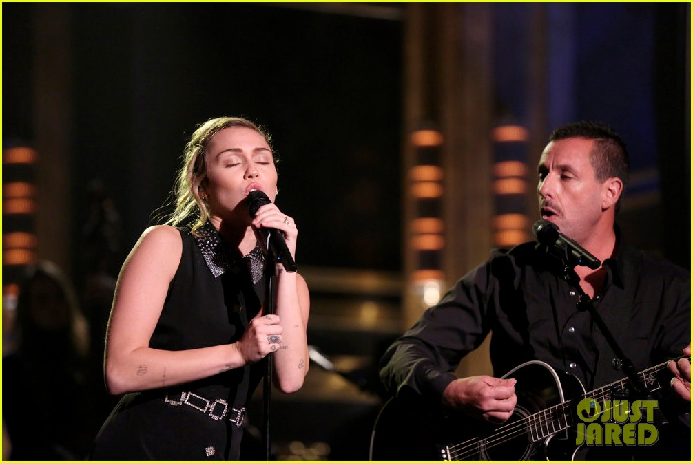 miley cyrus performs the climb on fallon as message of unity 073967301