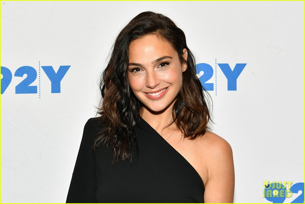 gal gadot is nervous about hosting snl my fear is to speak like a dummy 013966937