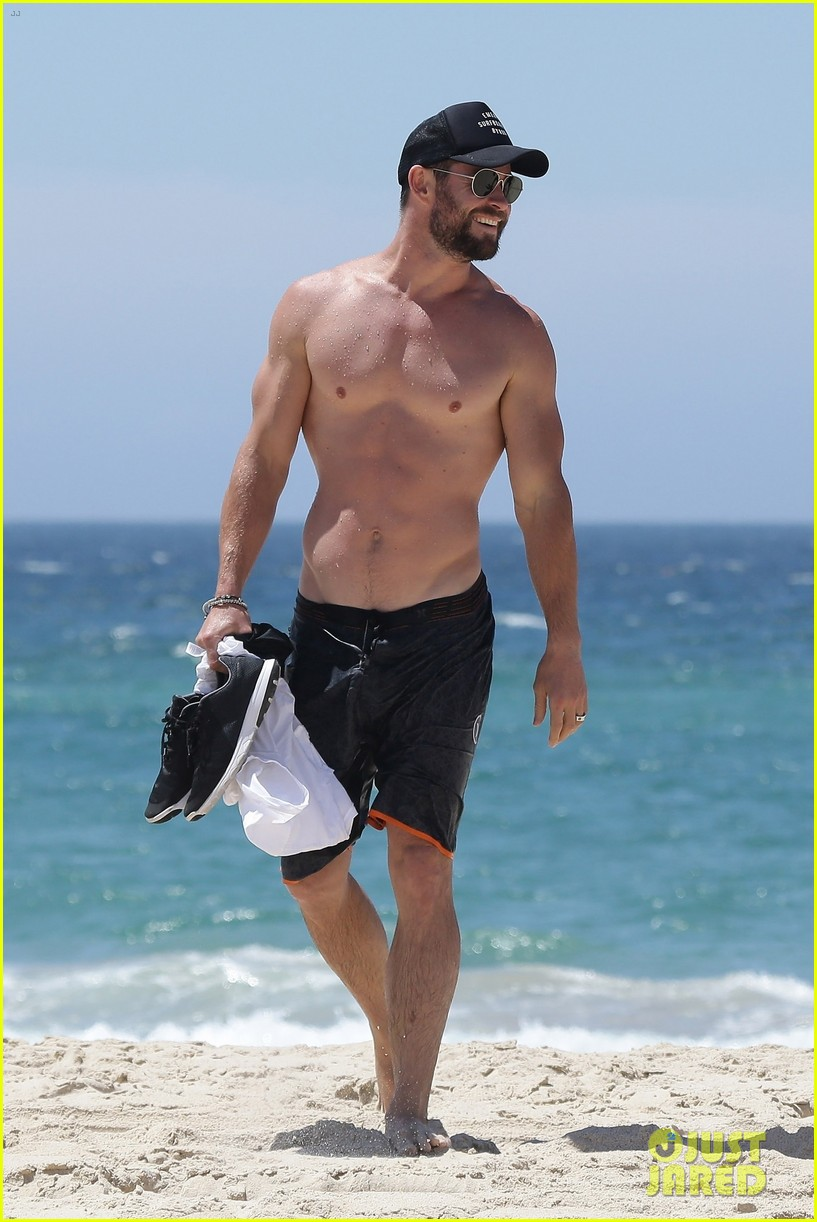 chris hemsworth goes shirtless at beach in australia 01