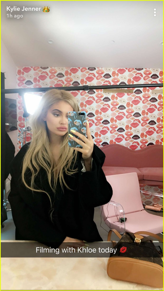 pregnant sisters khloe kardashian kylie jenner snap selfies 013970191