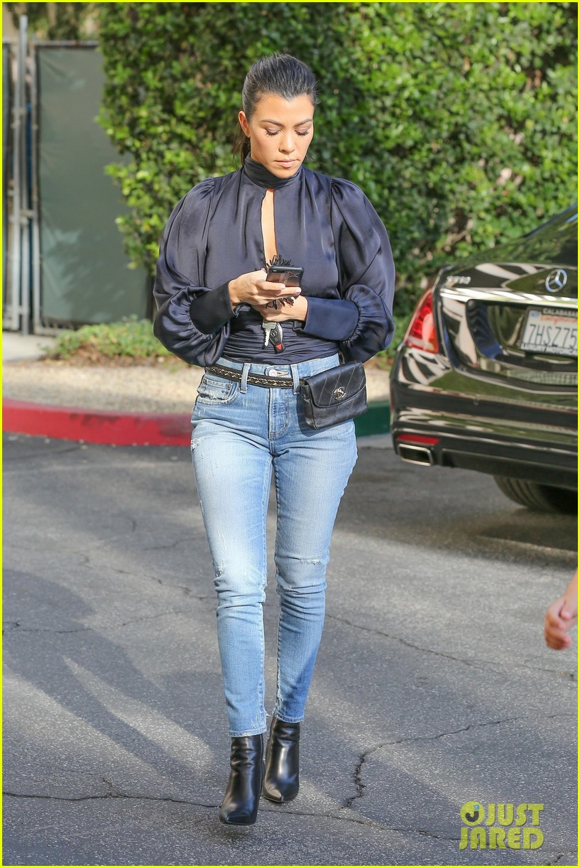 kourtney kardashian drops off mason 023970987