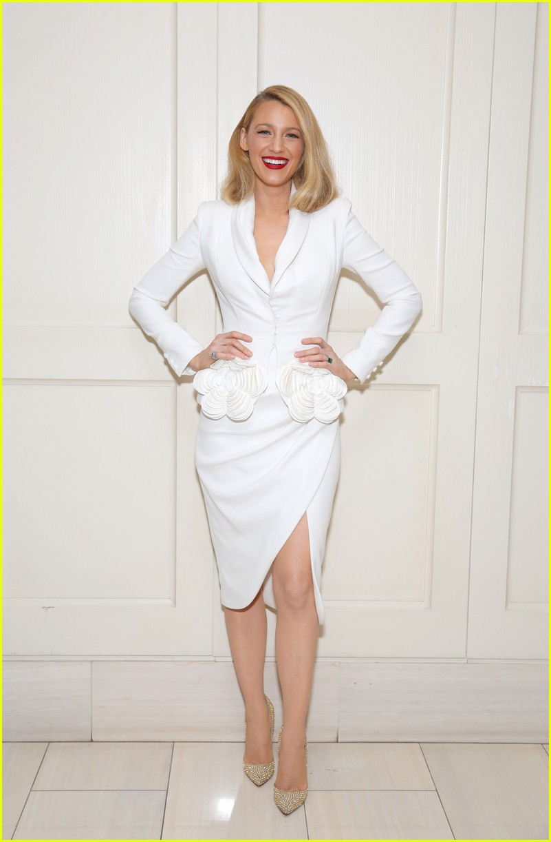 blake lively debuts shorter hair 013971023