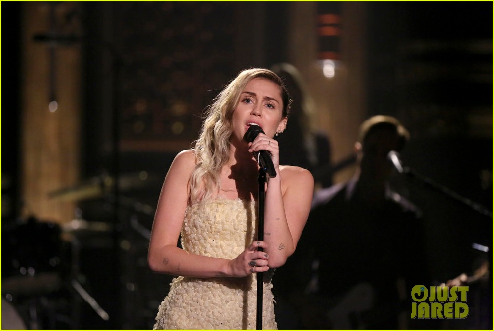 miley cyrus performs the climb on jimmy fallon 023967241