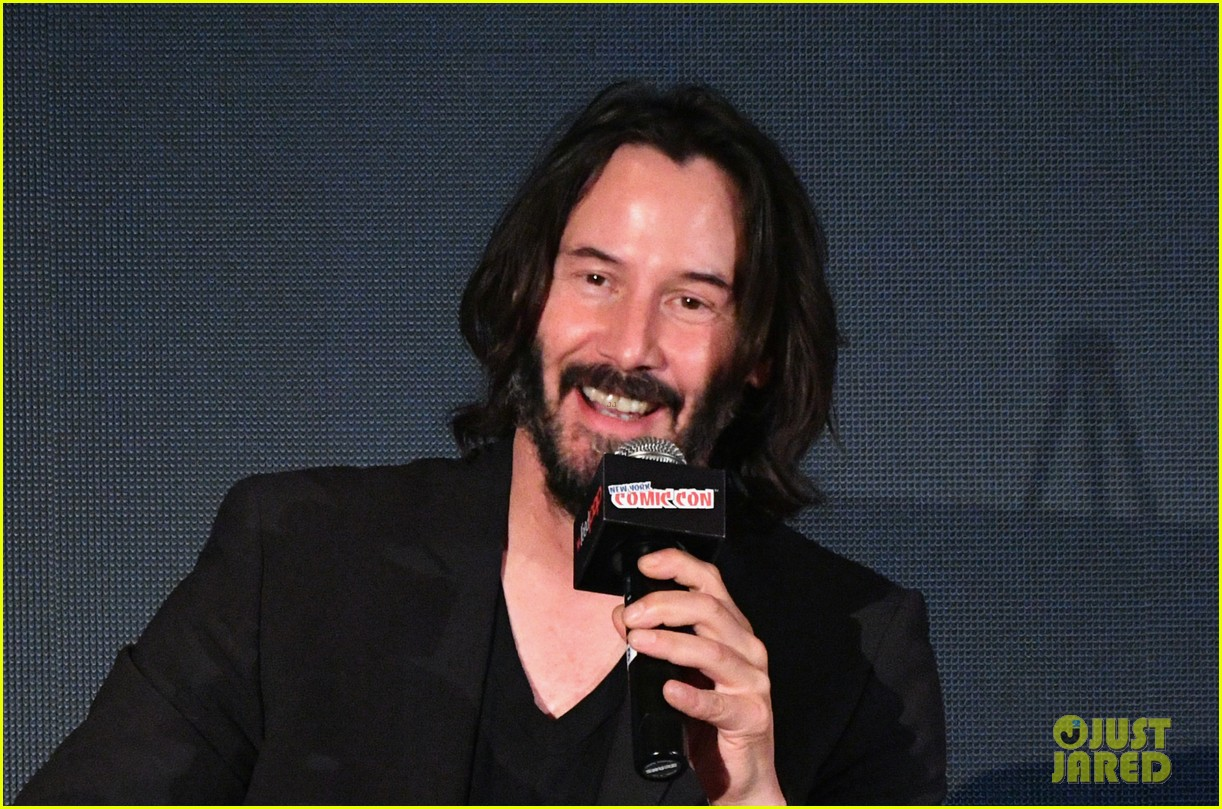 keanu reeves debuts first trailer for replicas at new york comic con 2017 08