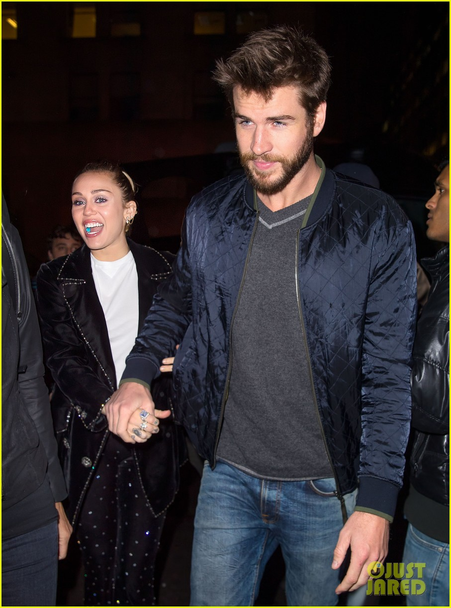 miley cyrus liam hemsworth hold hands snl 023982690