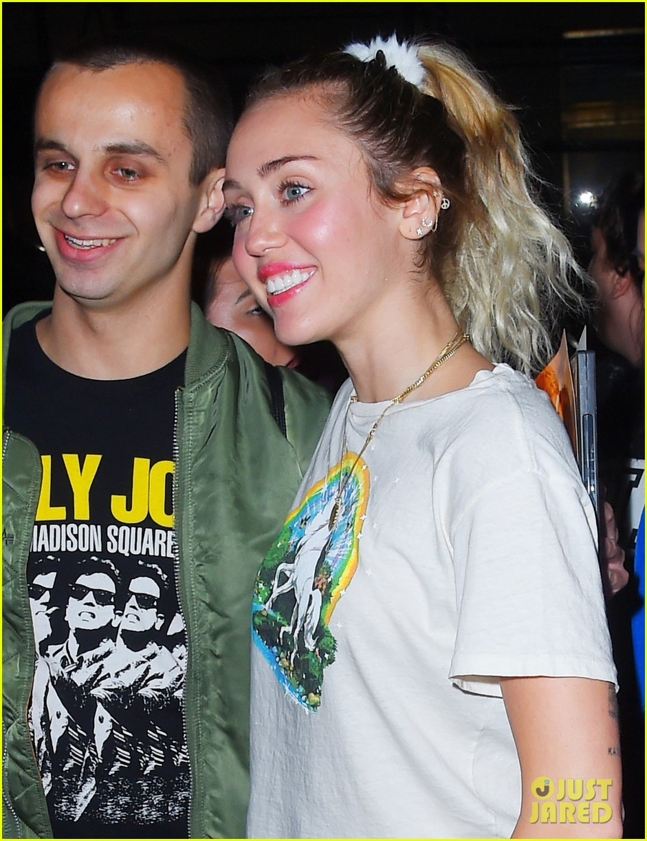 miley cyrus rocks unicorn t shirt and sweats for snl rehearsals 033982139