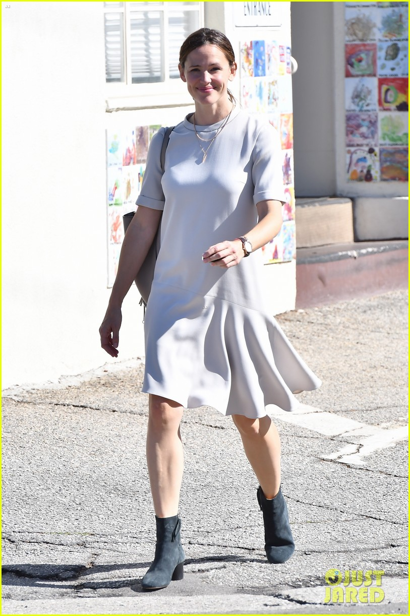 jennifer garner is all smiles at sunday church service 02