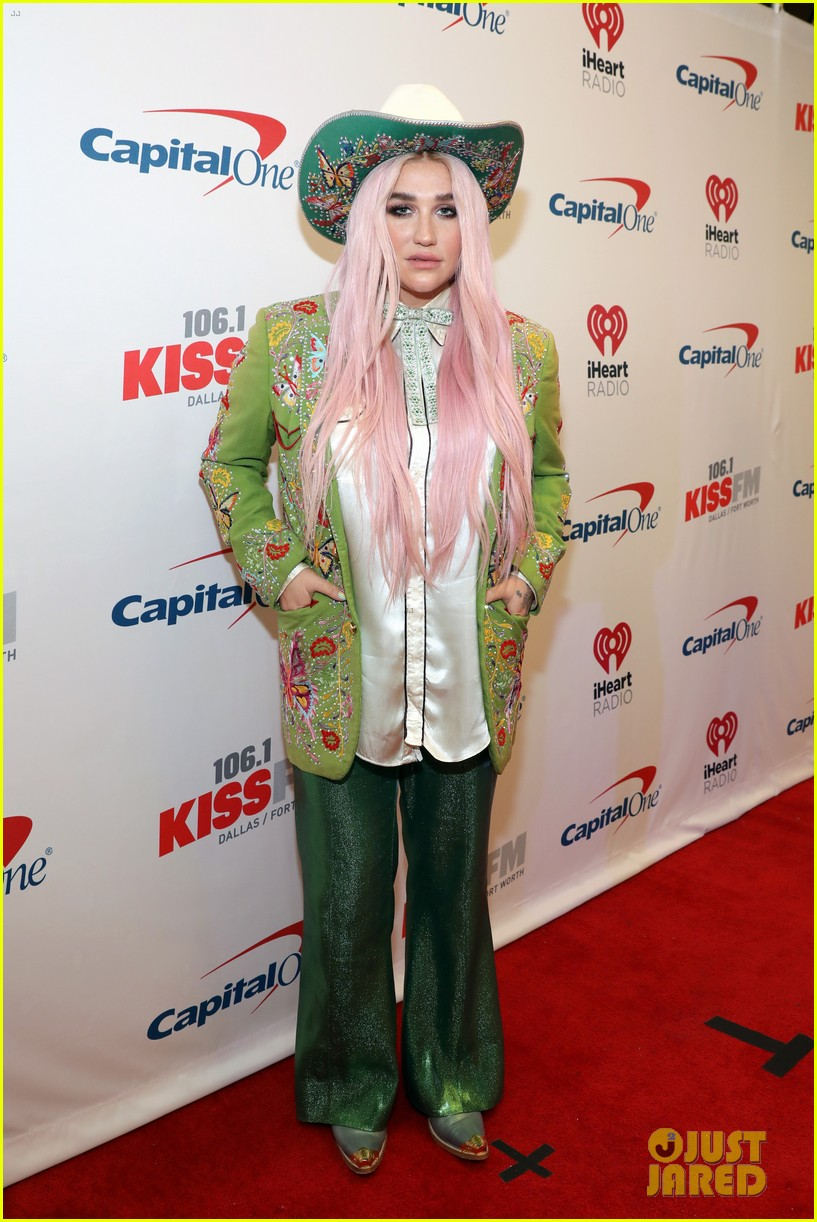 niall horan hailee steinfeld kesha and more hit the red carpet at kiss fms jingle ball 2017 023994070