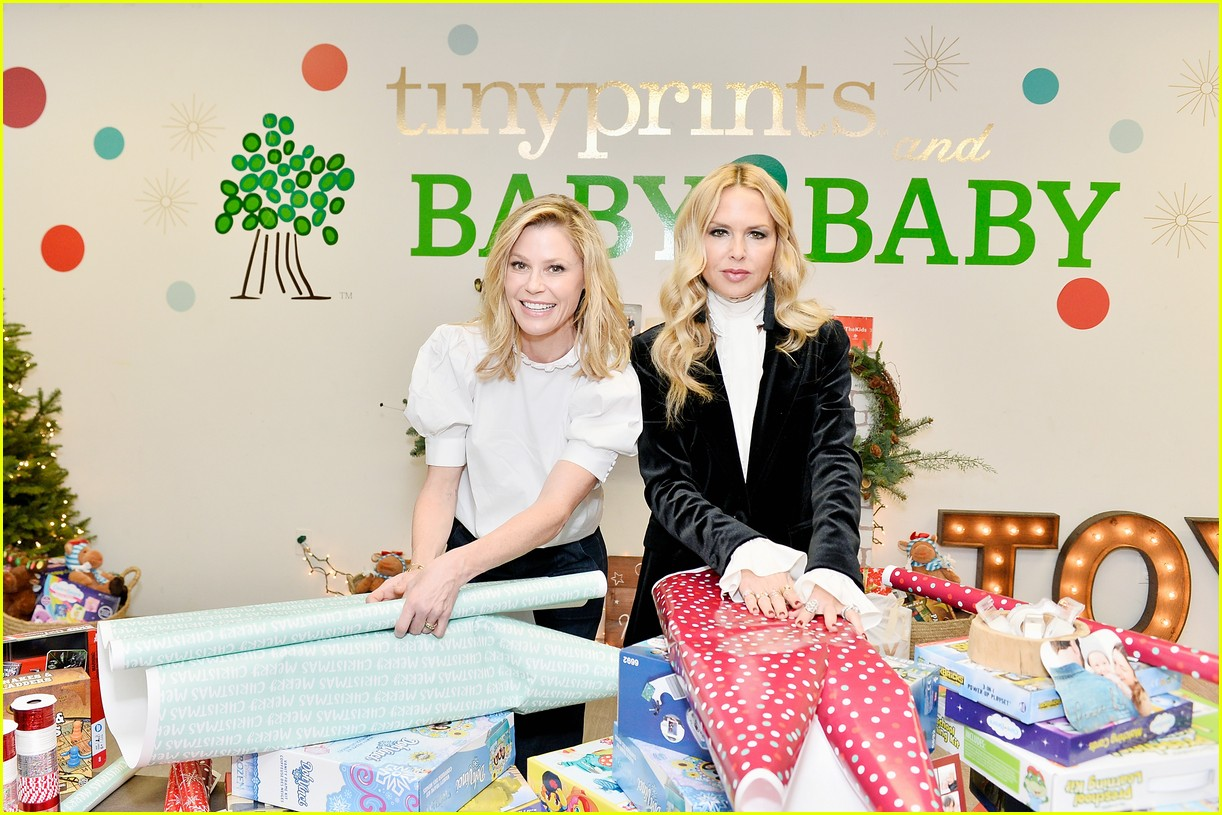 julie bowen christmas wrapping 01