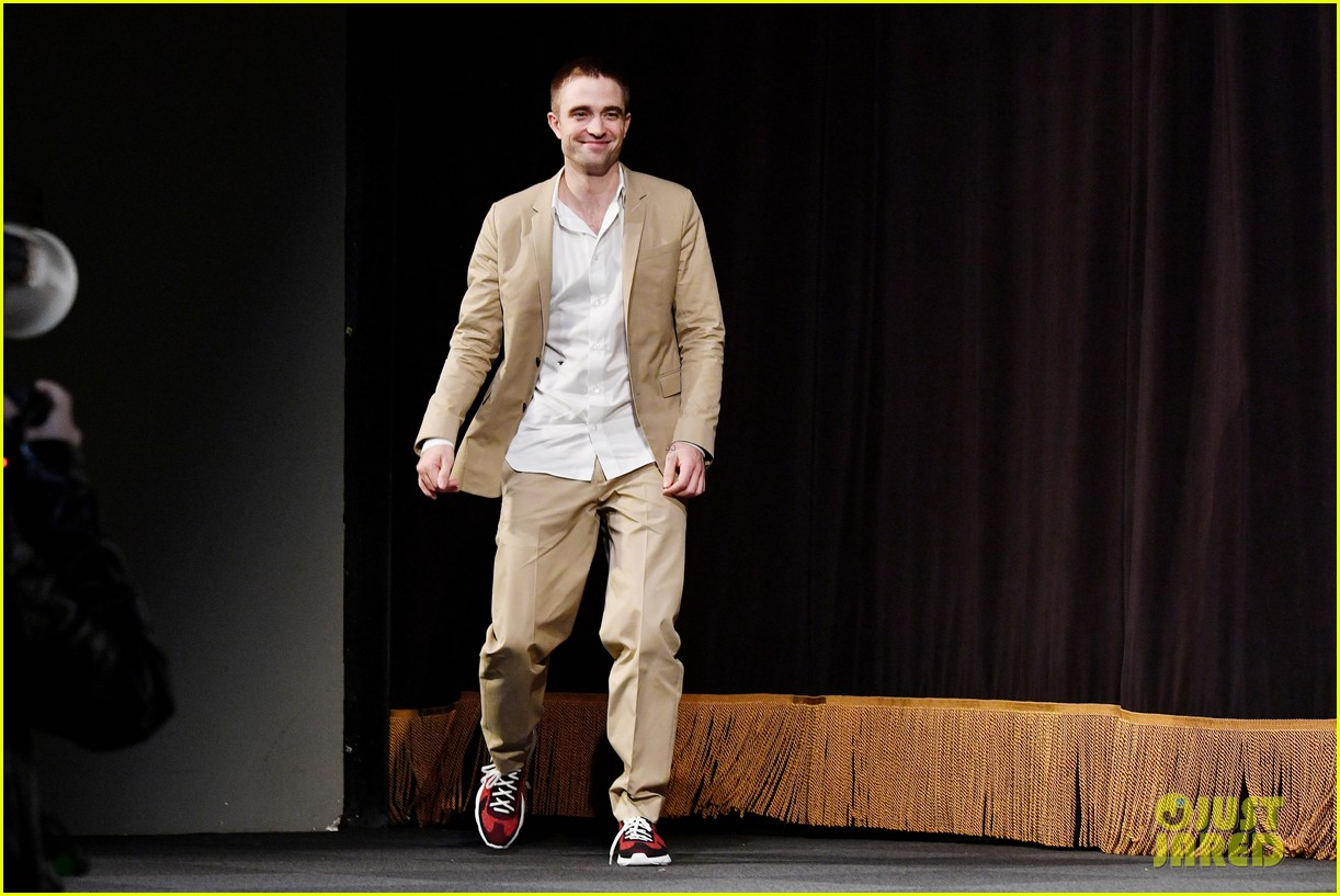 robert pattinson wears sneakers with his suit to accept award 013982161