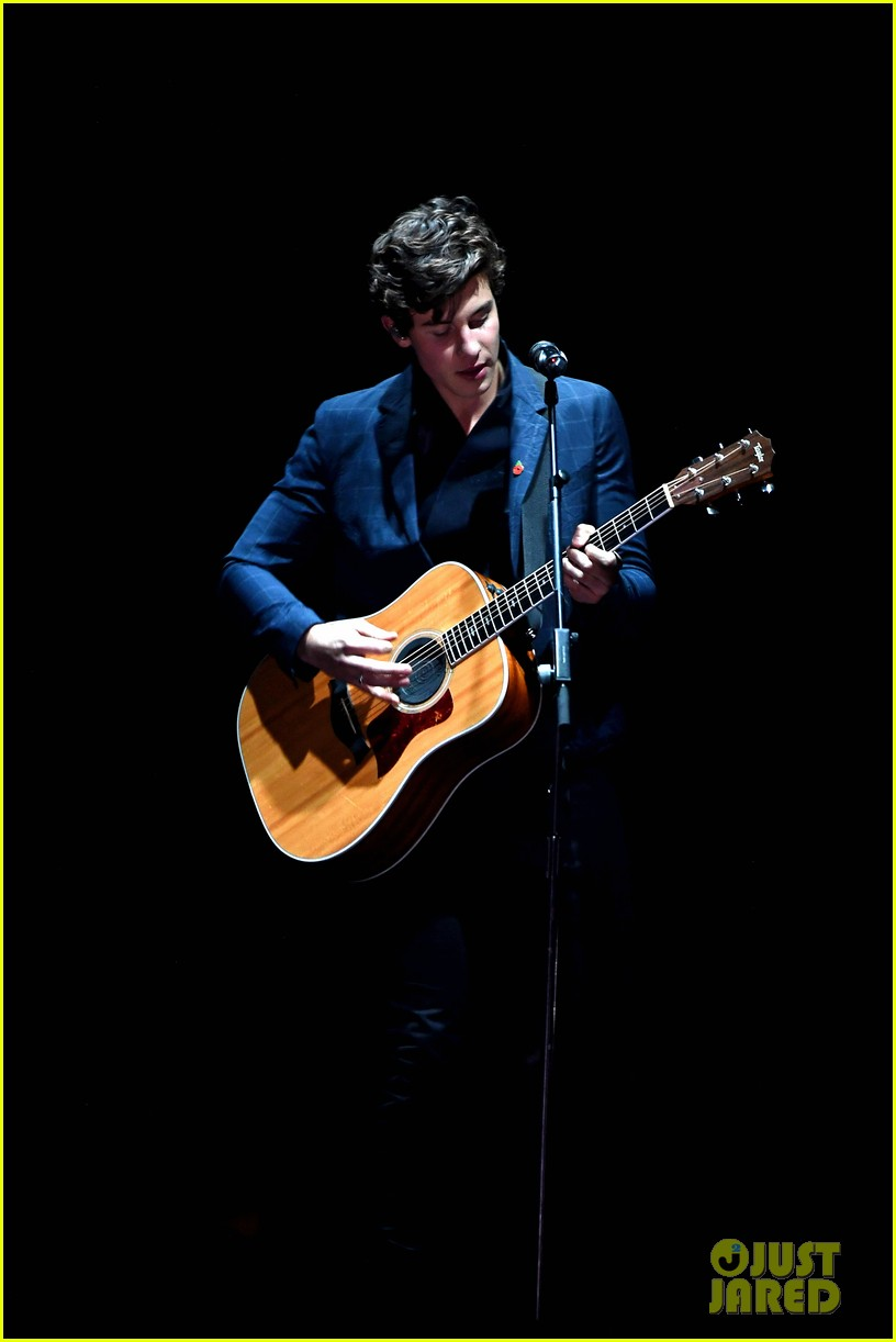 shawn mendes performs theres nothing holdin me back at mtv emas 013986474