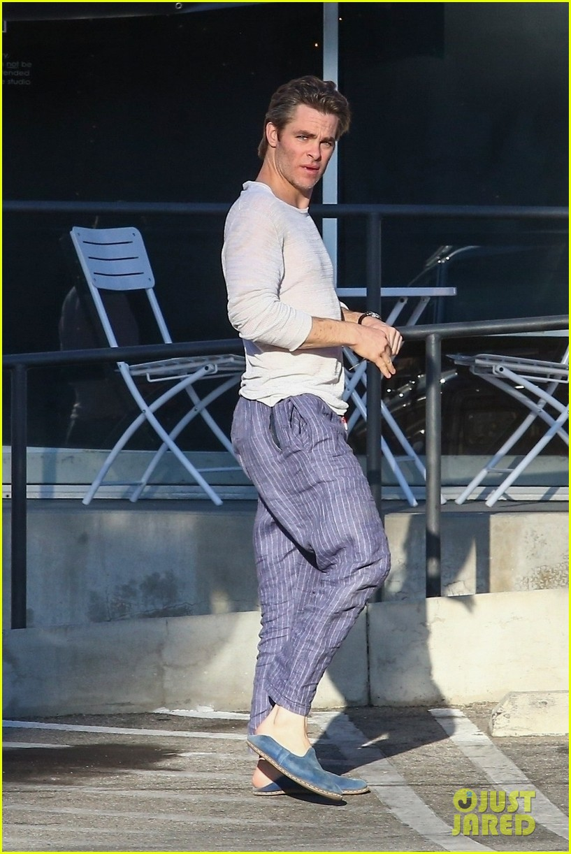 chris pine gets silly while running errands 023995672