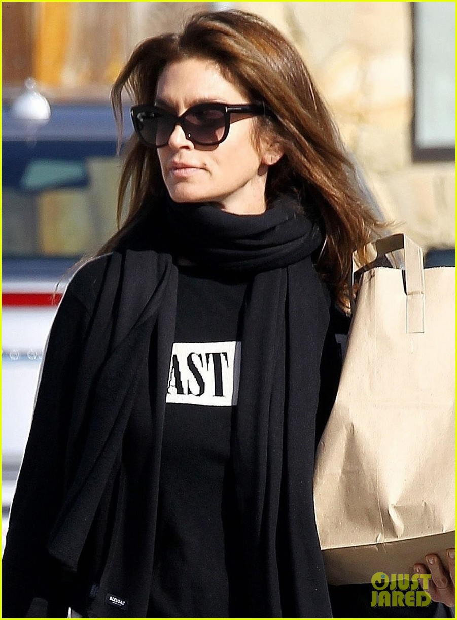 cindy crawford spent the holidays skiing with her family 024005156