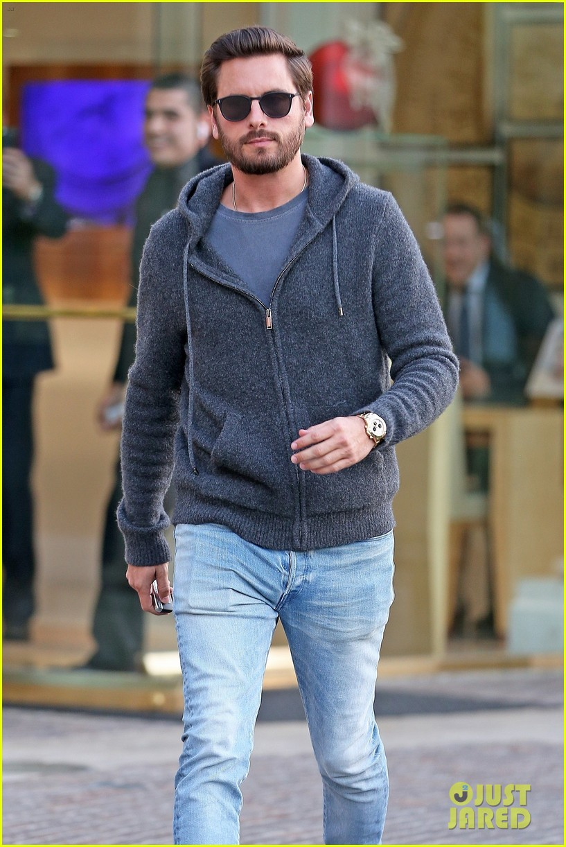 scott disick spends his afternoon shopping in calabasas 013994961