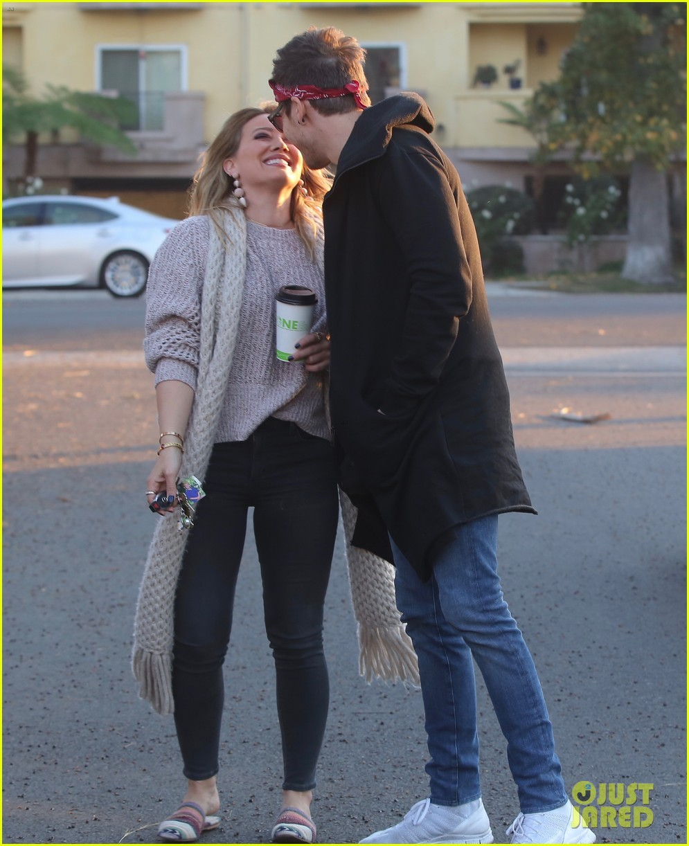 hilary duff boyfriend matthew koma share a kiss 013997506