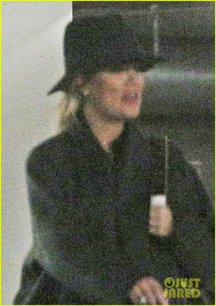 pregnant khloe kardashian starts off her day at the doctors 023998014