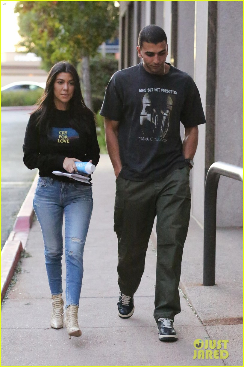 kourtney kardashian and kendall jenner match in denim while out in la 043998021