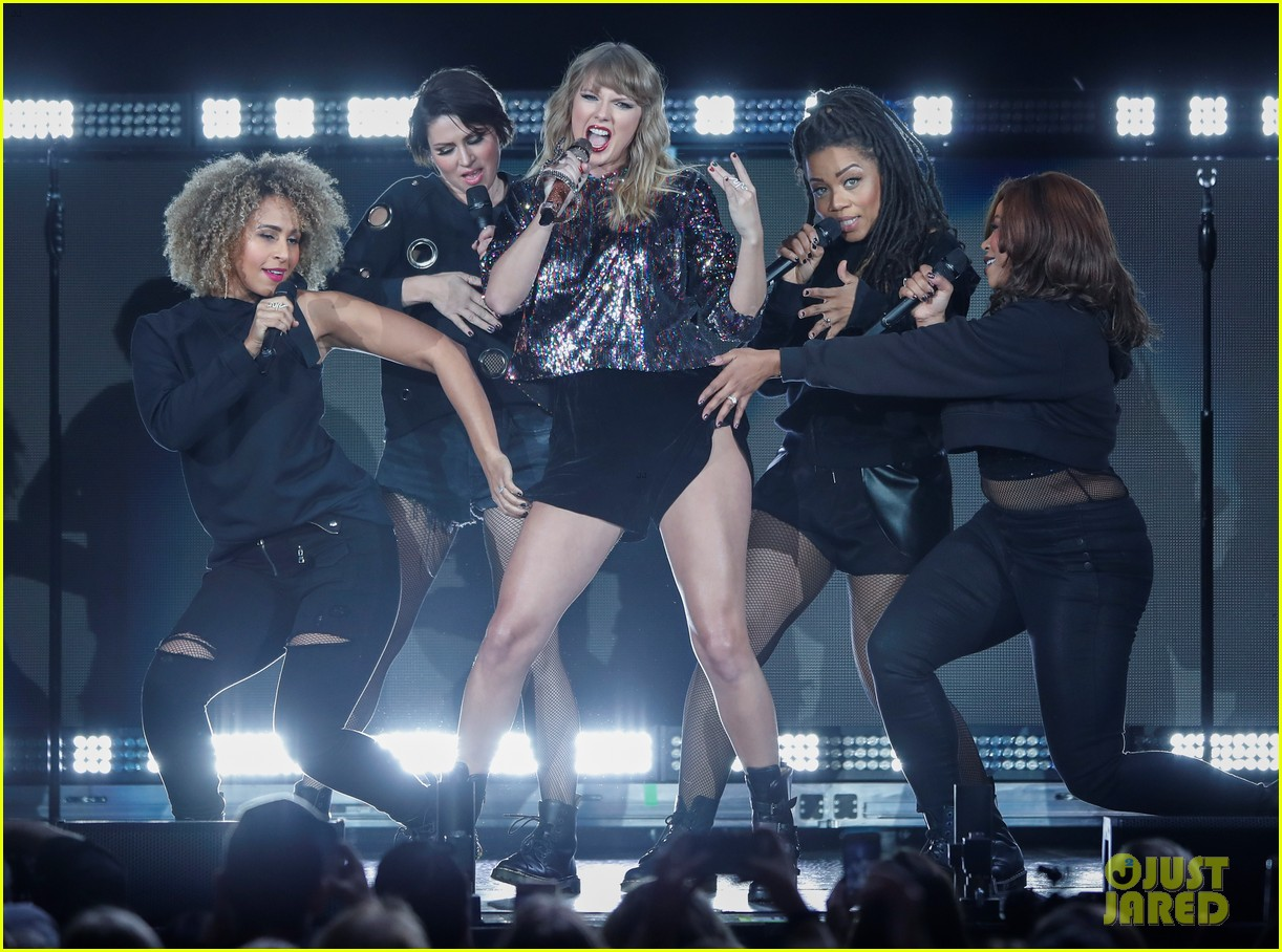 taylor swift dazzles on b96 jingle bash stage 053999013