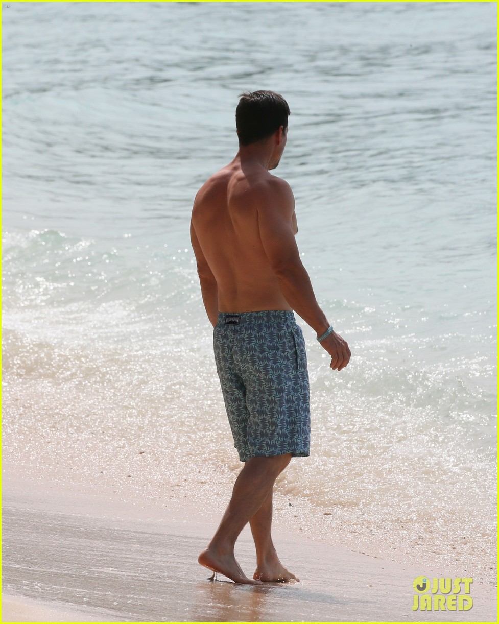mark wahlberg joins wife rhea durham for another beach day 14