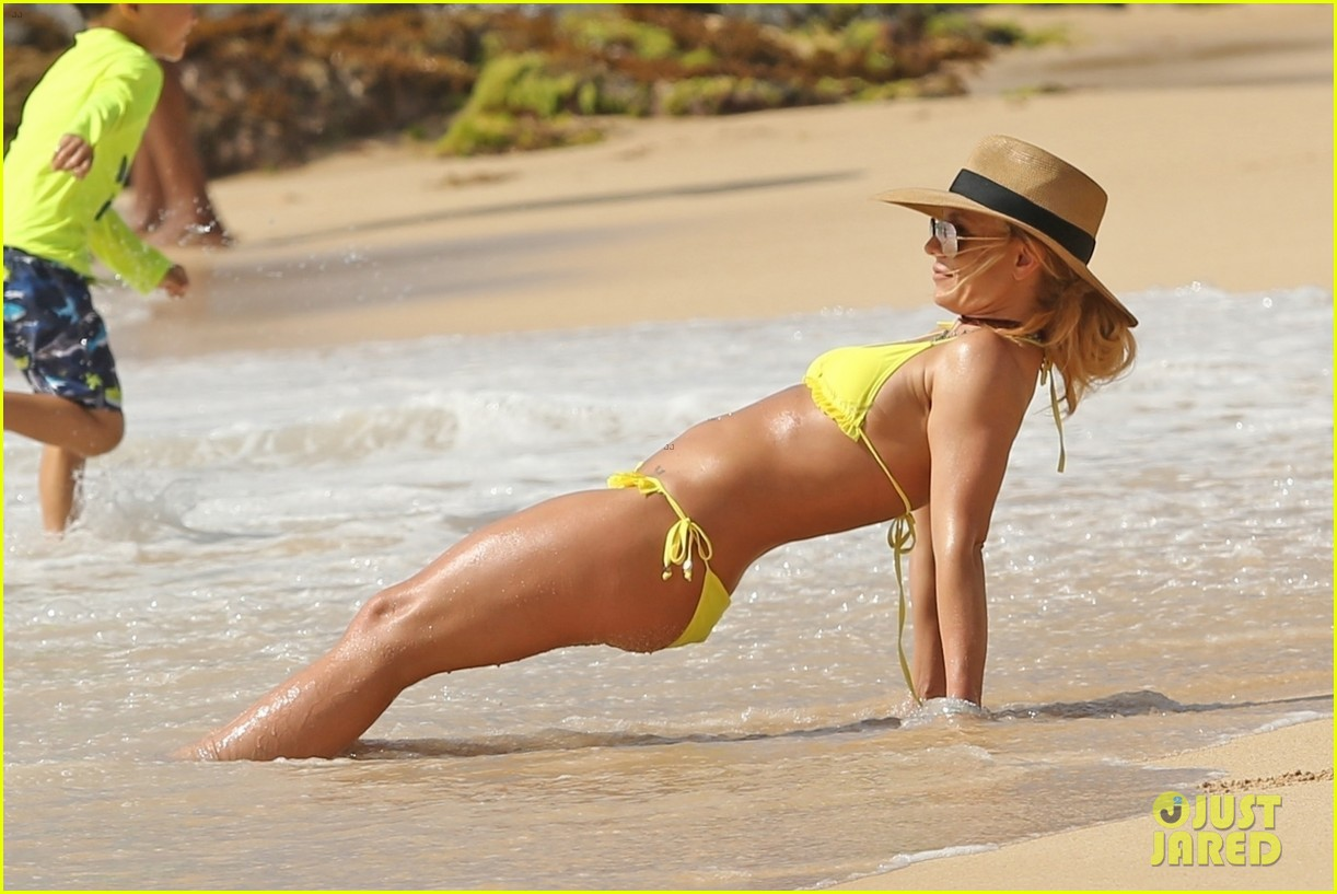 Britney Spears Yellow Bikini Candids in Hawaii Pic 3 of 35