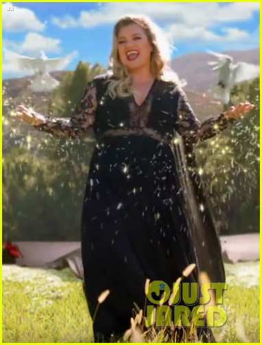 kelly clarkson stars in the voice super bowl commercial 04