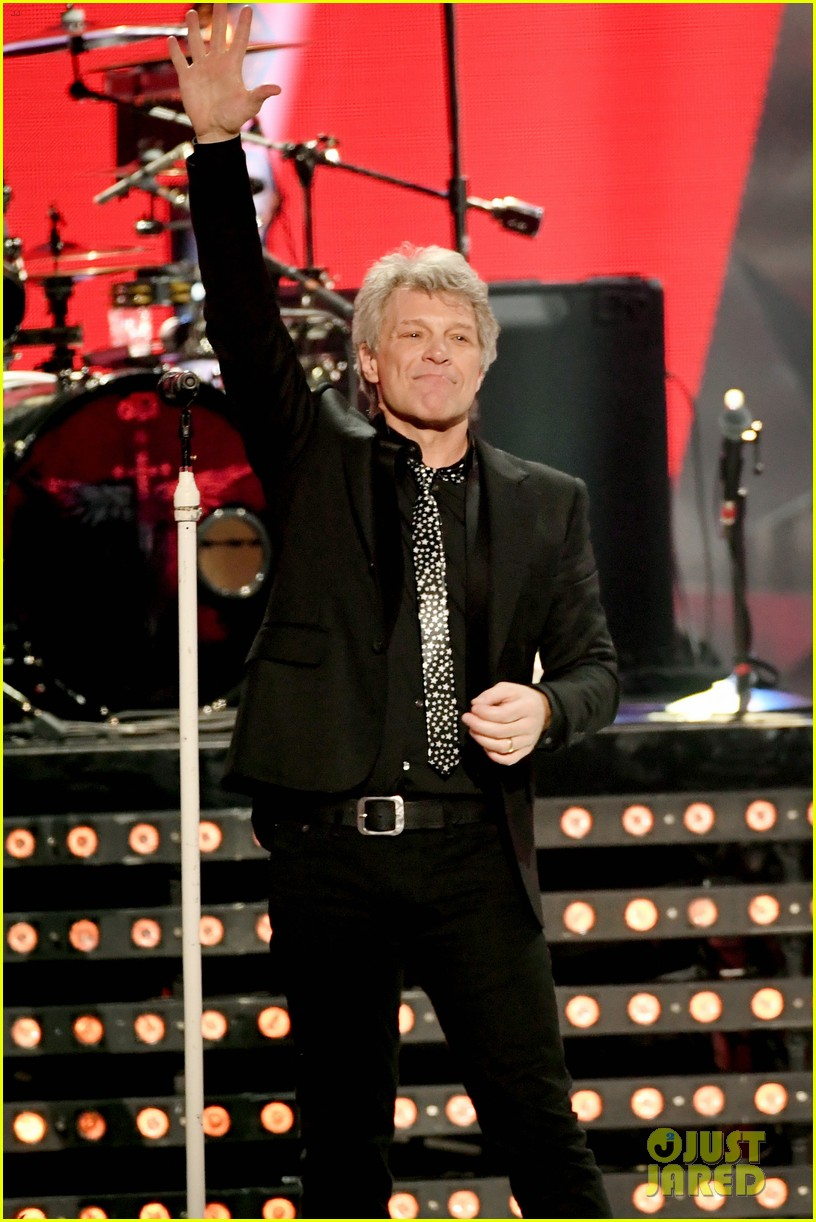 bon jovi is honored with icon award at iheart radio music awards 03