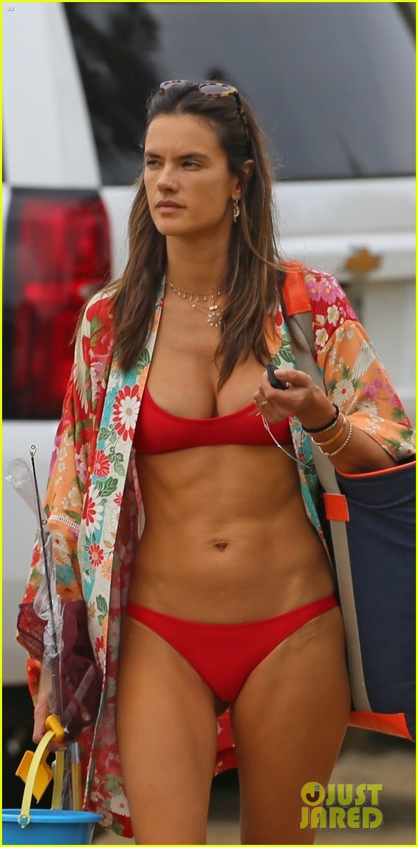A While Red Bikini Alessandra In Ambrosio Looks Hot Vacationing PkuOXZiT