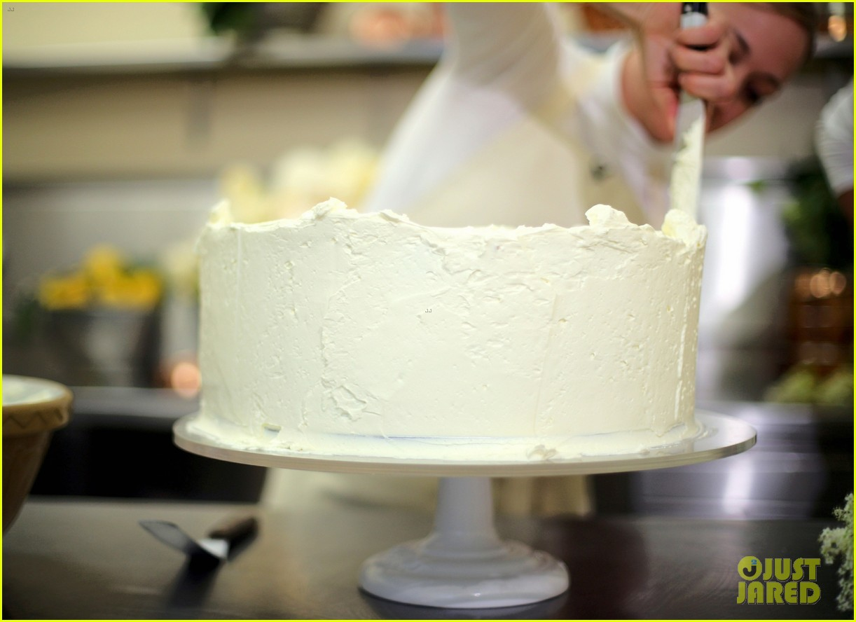 full sized photo of prince harry meghan markle wedding cake 02 photo 4086125 just jared full sized photo of prince harry meghan markle wedding cake 02 photo 4086125 just jared