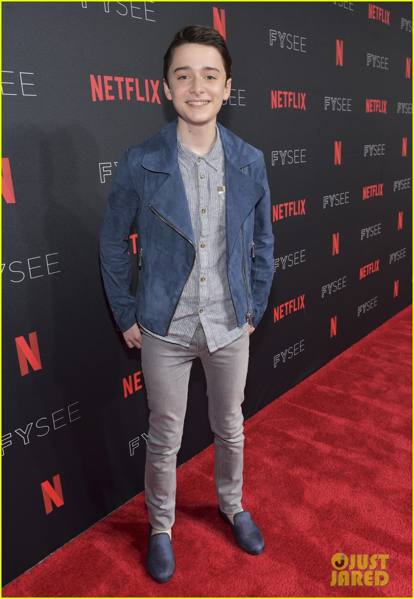 millie bobby brown naoh schnapp hold hands at stranger things panel 02