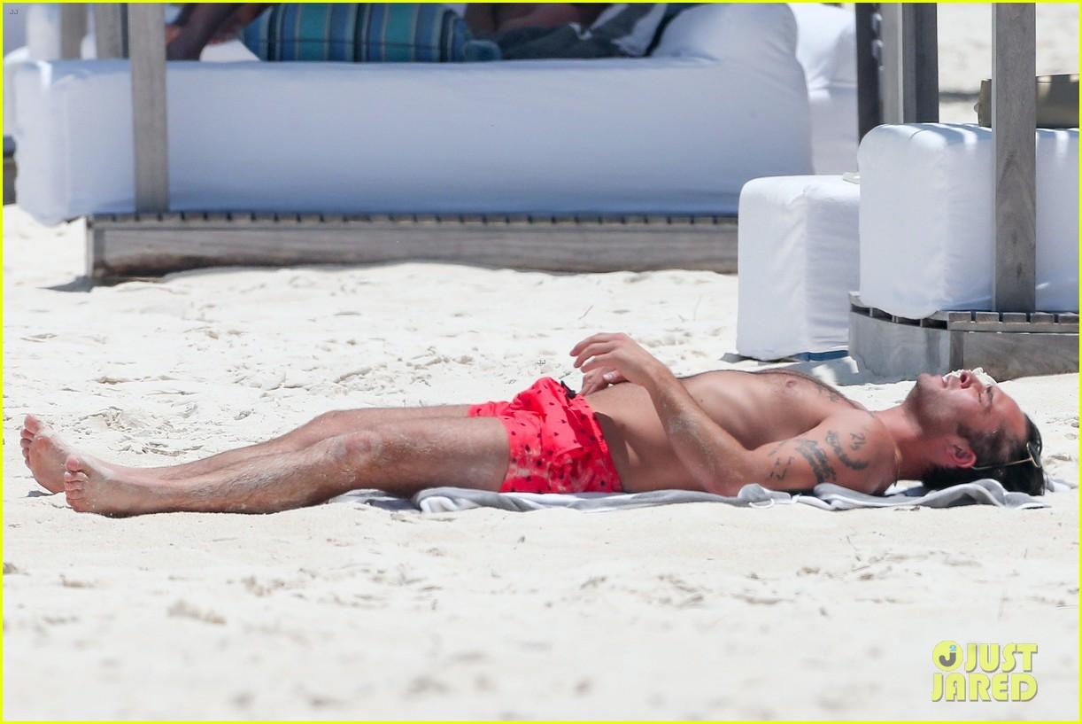 ed westwick shirtless beach photos 04