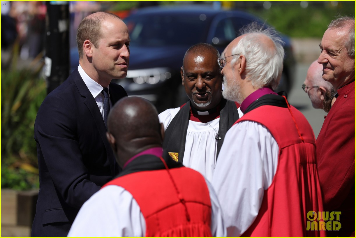 prince william honors manchester victims 02