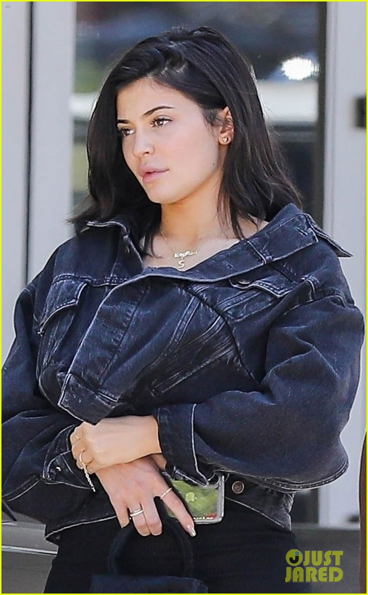 kylie jenner returns to la goes makeup free 02