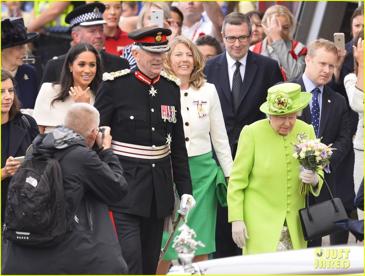 meghan markle queen elizabeth car moment 05